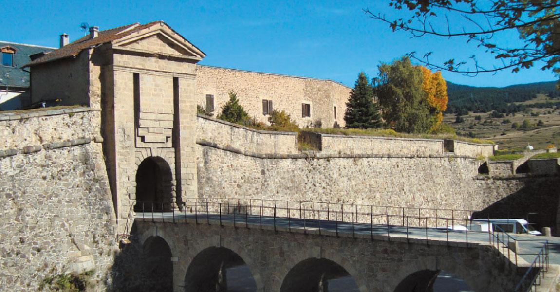 cerdagne tourisme visite balade carlit mont louis catalogne espagne chateau porte